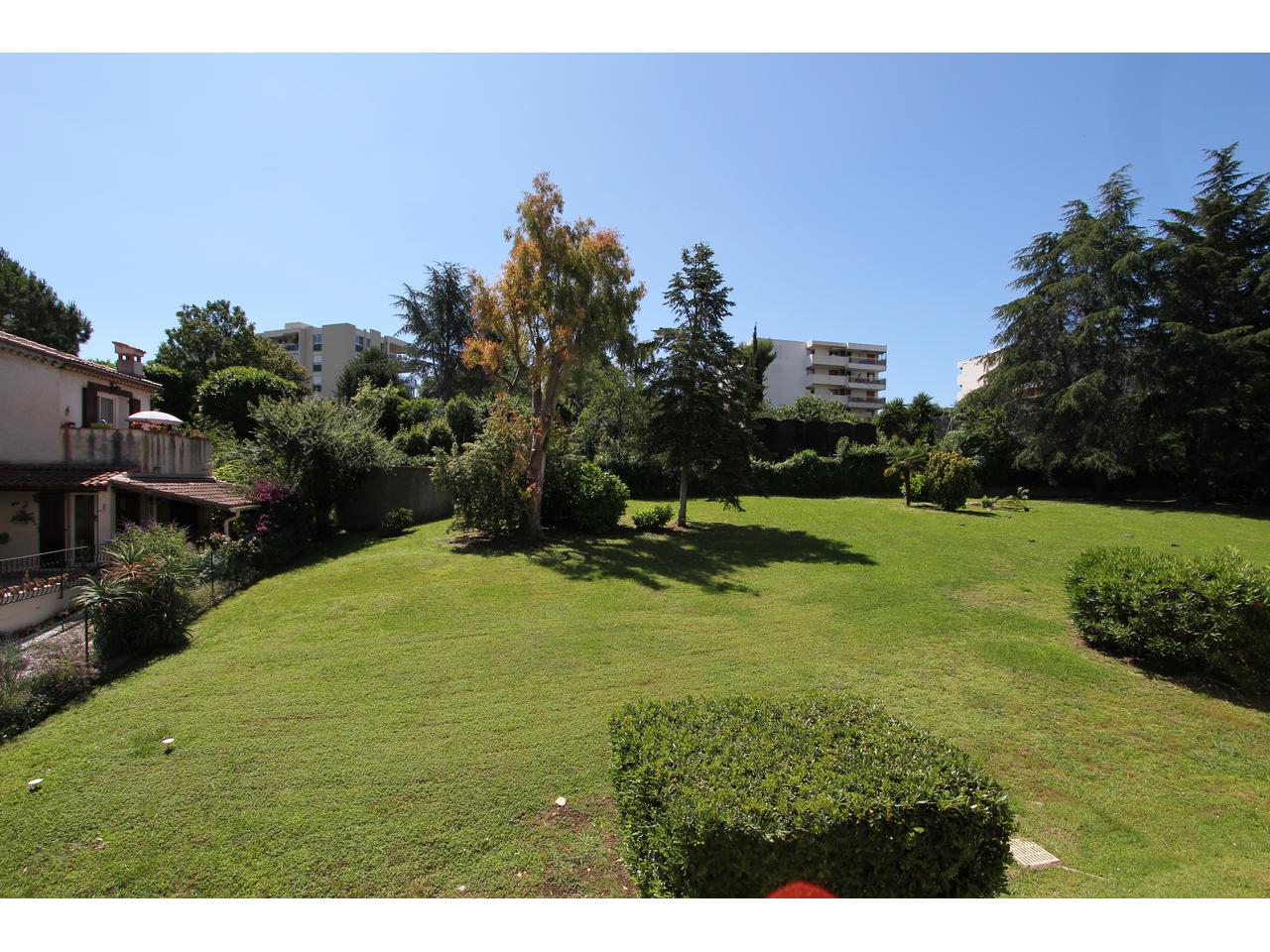 Antibes - 80m² centre - sud - jardin - parking -